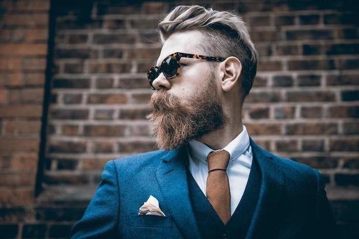 Eleganter Look, Anzug mit blauem Blazer, weißem Hemd und brauner Krawatte, Kurzhaarfrisur und Hipster Bart