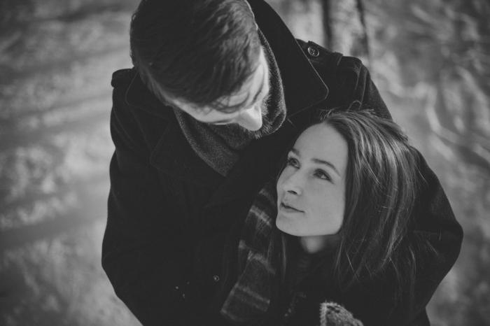 Mädchen und Junge blicken sich verliebt an, Kuschelbilder zum Valentinstag