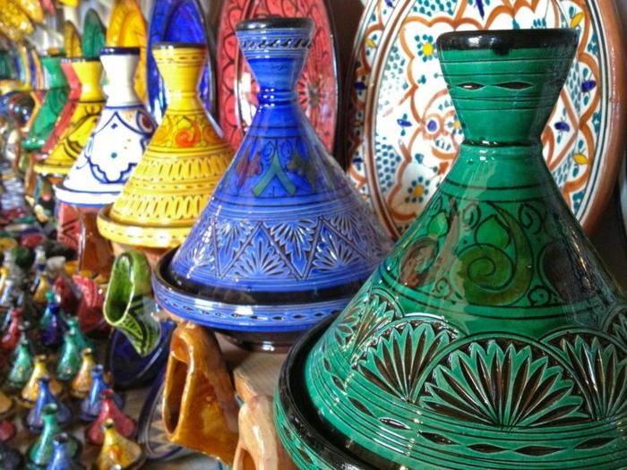 orientalische Deko aus gefärbtem Keramik, Keramikdeko in Smaragdgrün, Ultramarin und Gelb, marokkanische Markt für Souvenirs aus Keramik, Teller aus Keramik mit Mosaikmuster