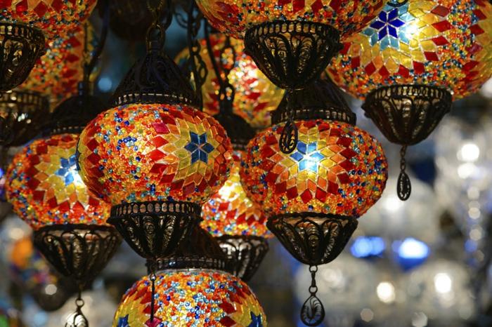 türkische Kronleuchter aus Metall und farbigem Glas auf dem Markt in Istanbul, schöne und funktionale Dekoelemente