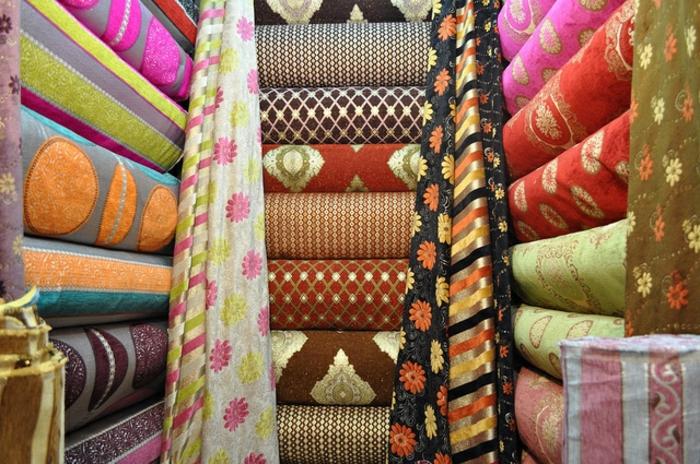bunte orientalische Stoffe mit verschiedenen Prints, Stoffe für Gardinen und Möbel, marokkanische Stoffmarkt