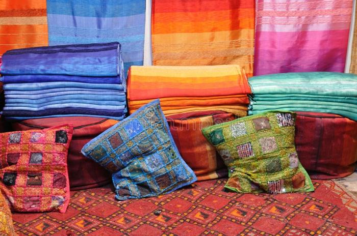 der Stoffmarkt in Marokko - Stoffe mit Streifenmuster, Stoffe mit Rhombenmuster, Kissen mit Karomuster