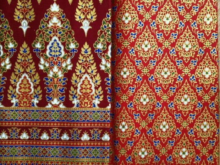 Stoffe mit unterschiedlichen Prints in roten Tönen mit blauen, gelben und grünen Zierelementen