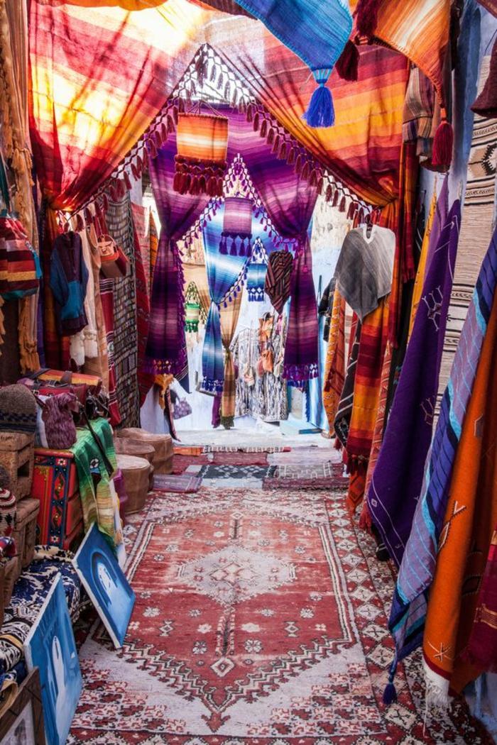 Markt für orientalische Souvenirs und Stoffe, Türvorhänge mit Streifenmuster, Kronleuchter aus Stoff mit Troddeln, hölzerne Kisten und Kommoden