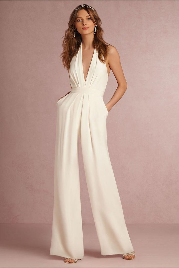 eine schöne dame trägt einteiler zu ihrer hochzeit schöner weißer kranz für den kopf und elegante ohrringe