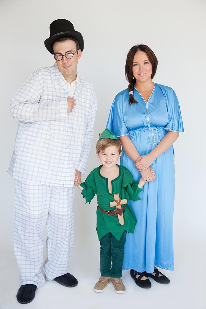 Peter Pan Kostüm selber machen, grünes Hemd und Hut mit Feder, Schwert aus Holz, Eltern in Schlafkleidung