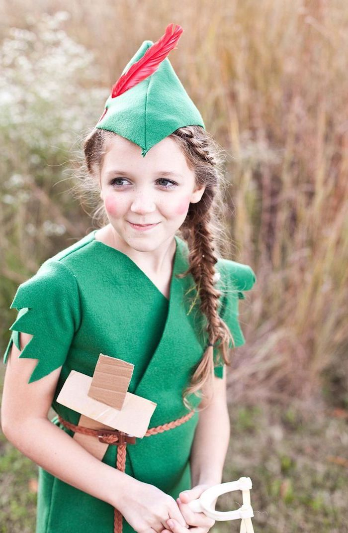 Peter Pan Kostüm für Mädchen, grünes Hemd und Mütze mit Feder, langer Zopf und Schwert aus Papier