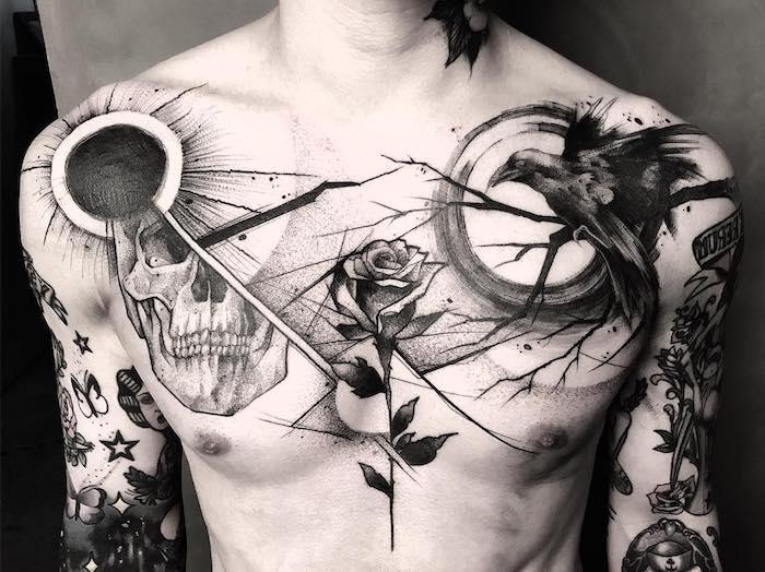 raben tattoo an der schulter, mann mit vielen tätowierungen