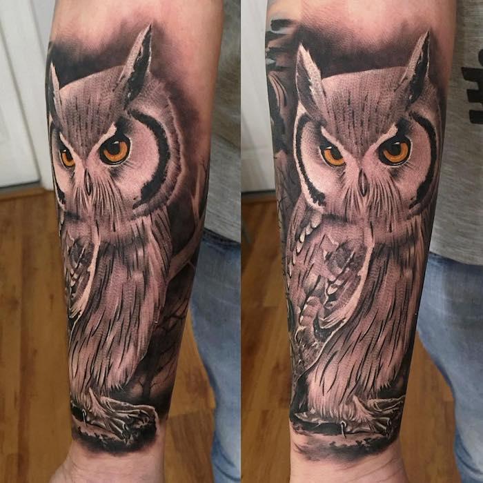 realistisches eulen tattoo am arm, eule mit orangen augen