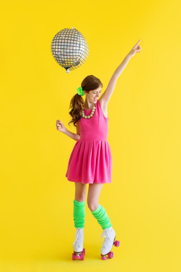ein schnelles Kostüm zu Fasching auf einer gelben Hintergrund, Ballon als Diskoball