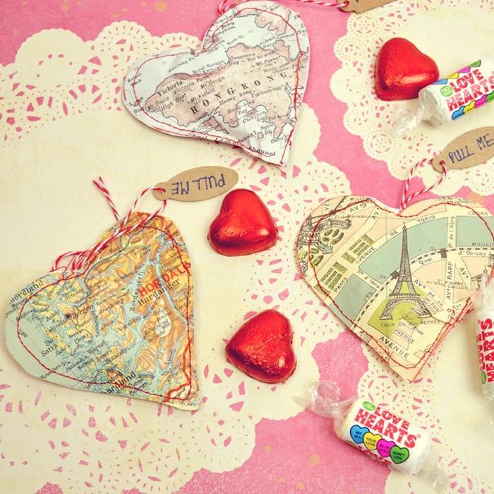 Kleine Herzen voll mit Bonbons selber machen, aus Karte ausschneiden, Valentinstag Geschenkidee für DIY Enthusiasten