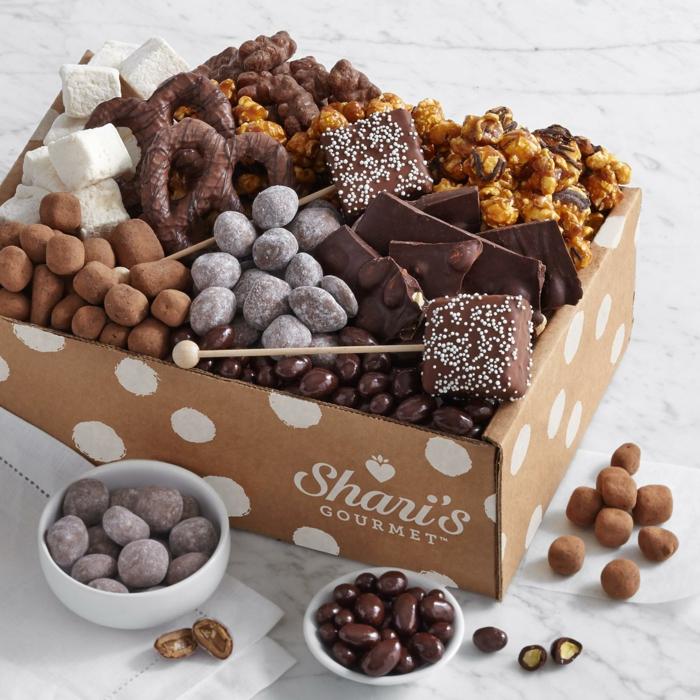 Schachtel voll mit unterschiedlichen Süßigkeiten, echte kulinarische Verwöhnung, Geschenkidee zum Valentinstag