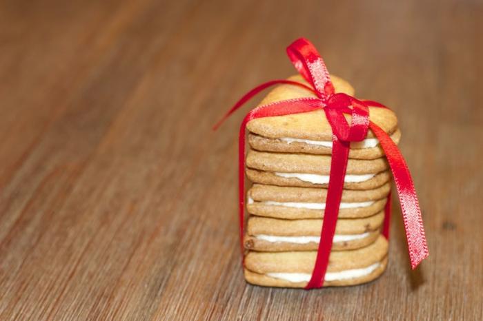 Geschenke zum Valentingstag cremige Plätzchen mit einer roten Schleife zusammengebunden