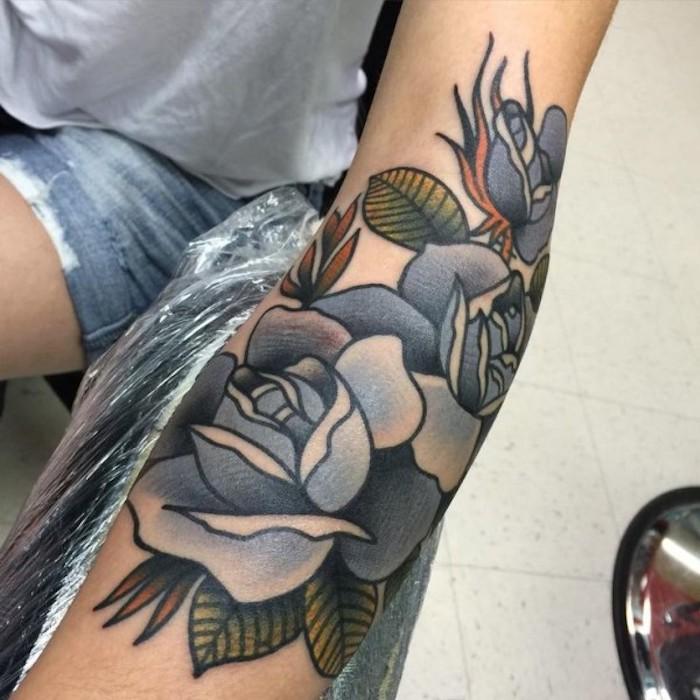 schöne tattoos für frauen, farbige tätowierung am arm, blaue rosen