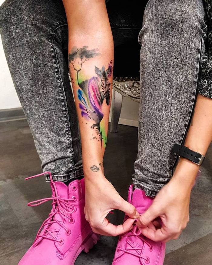schöne tattoos für frauen, zebra als tattoo motiv, rosa schuhe