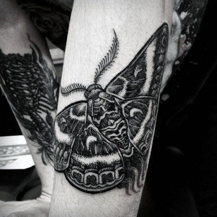 schöne tattoos an den ärmen, schmetterlung tattoo in schwarz und grau, blackwork