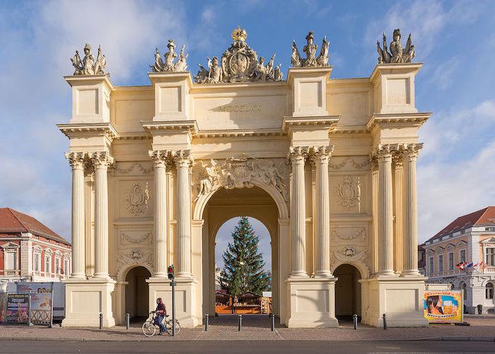urlaubsorte top 10 triumph arch architektur deutschland kleinstadt verbunden mit der hauptstadt von deutschland berlin potsdam weihnachtsbaum im hintergrund