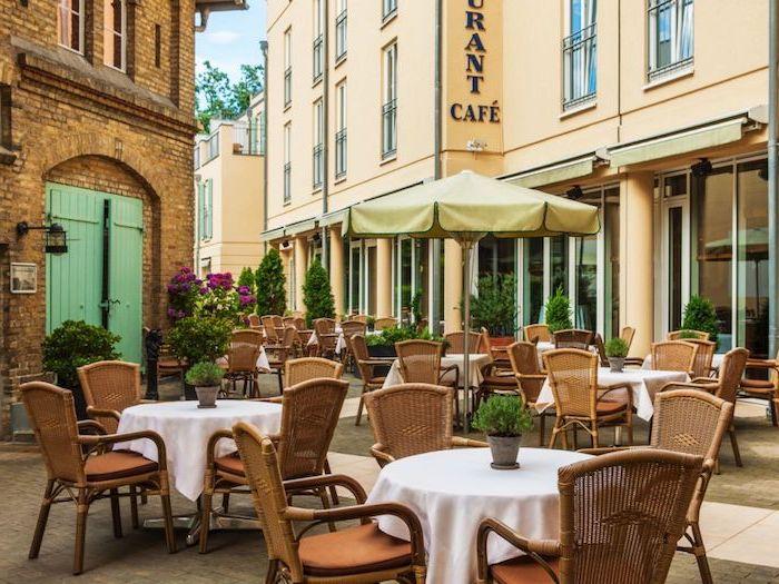 urlaubsorte top 10 deutsche kleinstädte ein straßencafe im zentrum vonpostdam coole aussichten schöne architektur