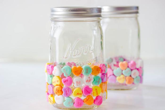 ausgefallene geschenkideen zum selber machen einmachglas mit kleinen pralinen in form von herzchen dekorieren und gestalten deko ideen valentinstag