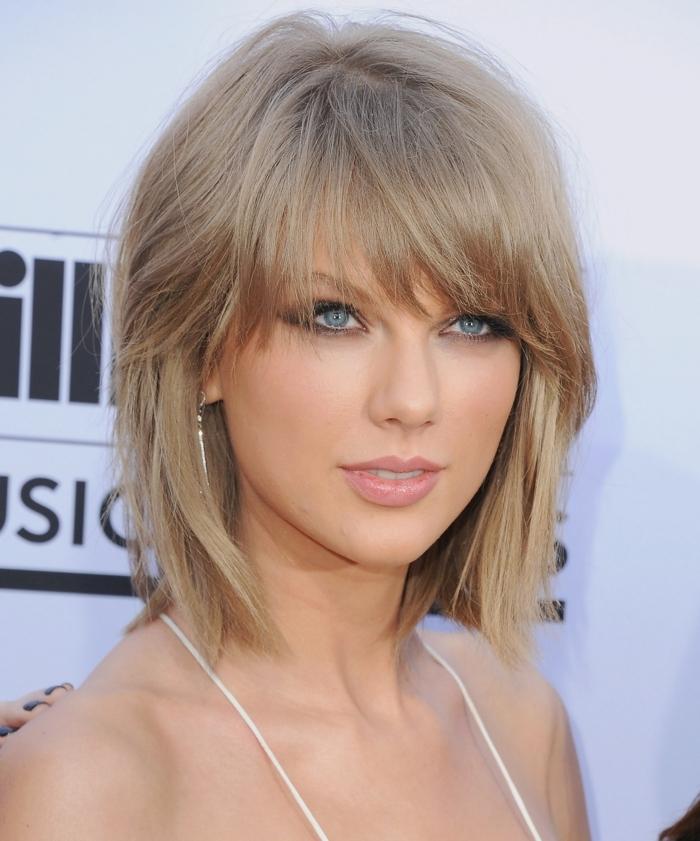 schulterlanges Haar von Taylor Swift, blonde Haare, die die blaue Augen betonen
