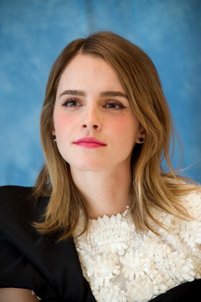 Emma Watson, mittellanges Haar Frisur, eine moderne Kleidung, schwarze Ohrringe