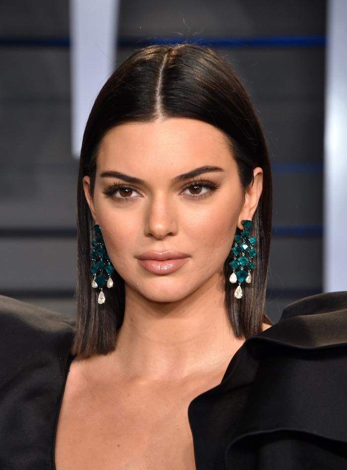 schulterlange haare, sleek look, glatte haare mit mittelscheitel, türkisfarbene ohrringe