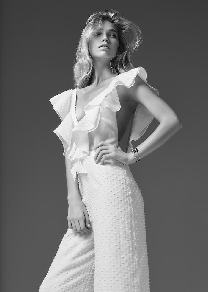 schwarz weißes bild von einem jumpsuit festlich ideen zum nachstylen weiße farbe mit dekorationen welle stoffdeko