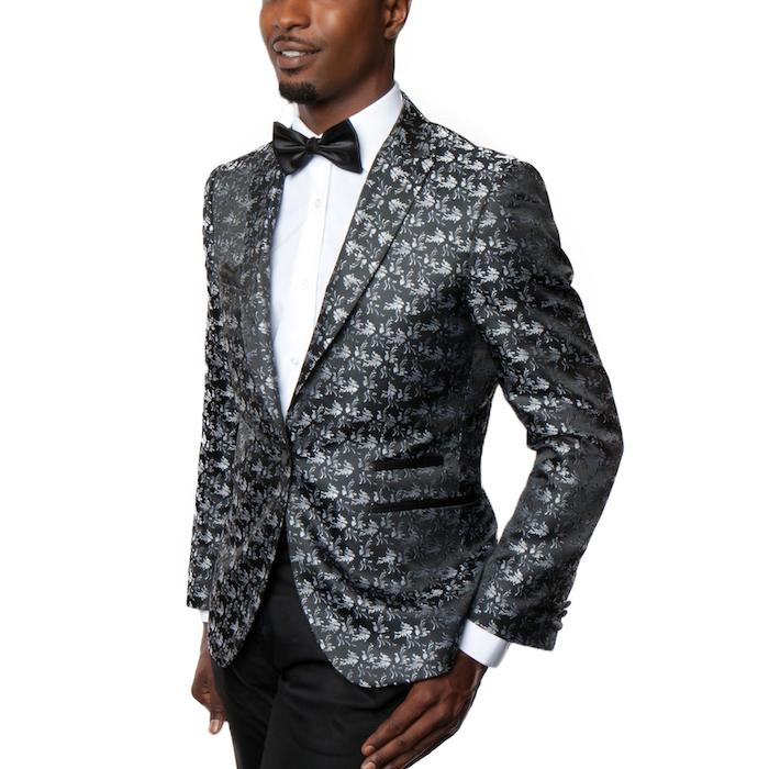 fliege anzug zum erstaunen graues sakko mit coolem print und glänzendem stoff kombiniert mit weißem hemd und schwarze fliege kreative klasse