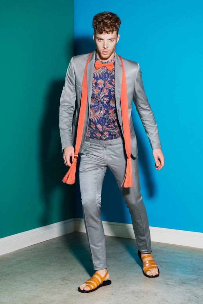 hemd unter pullover oder sakko bunte gestaltung buntes hemd oranger schall sandalen grauer anzug lockige haare mann