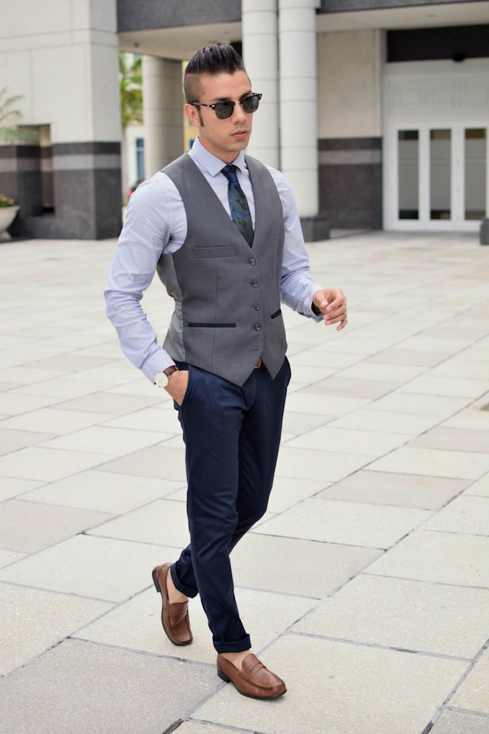 hemd uner pullover ideen dunkelblaue hose graue weste weises oder hellblaues hemd braune schuhe brille sonnenbrille