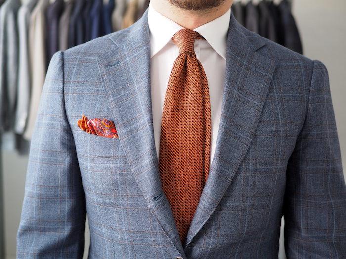 weißes hemd mit krawatte in oranger farbe und grau kariertem anzug männer fashion ideen