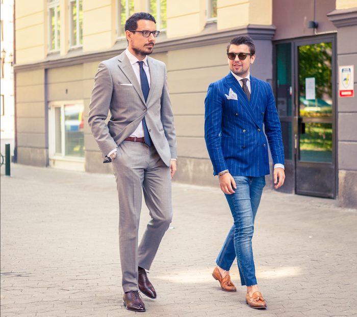 zwei männer gehe nebeneinander der eine trägt blauer anzug braune schuhe und der andere grauer anzug braune schuhe coole outfits stilvolle looks