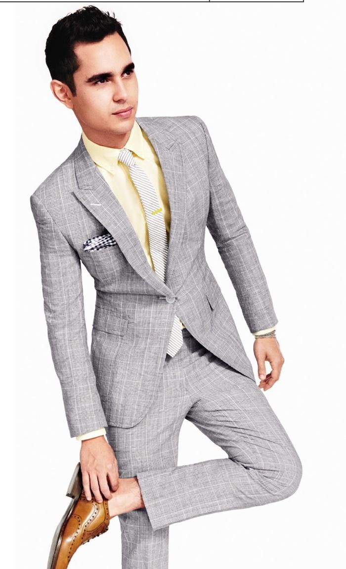 hemd unter pullover hellgrauer anzug gelbes hemd hellgraue krawatte mann braune schuhe