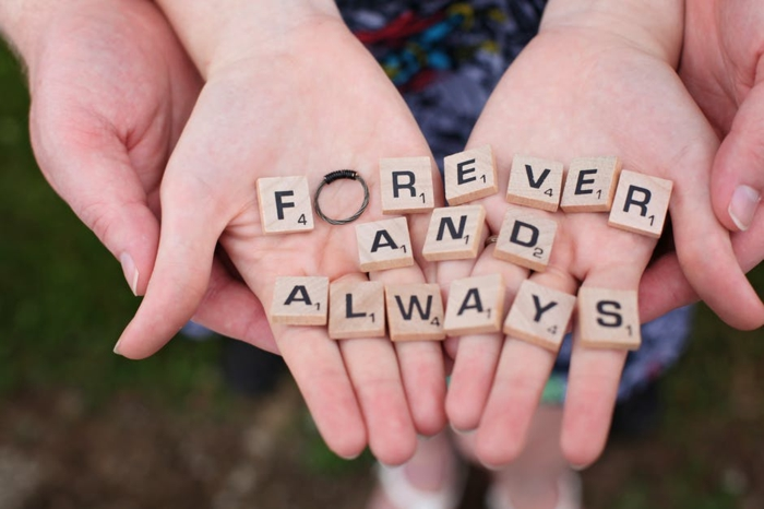 Buchstaben aus einem Gesellschaftsspiel schreiben die Worte Für immer und Ewig auf Englisch