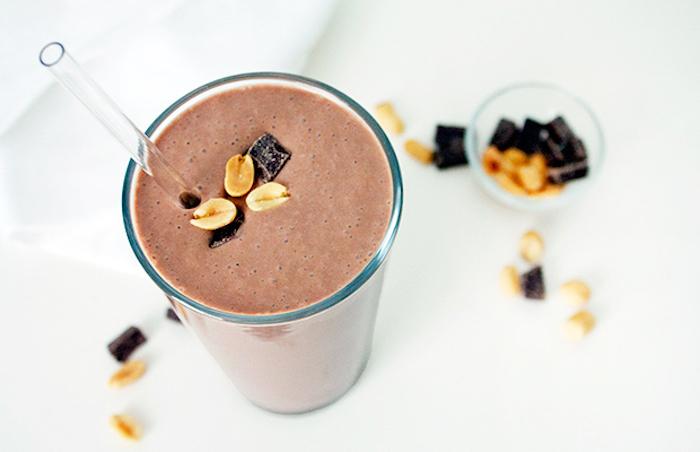 selbstgemachter eiweißdrink mit kakao und nüssen