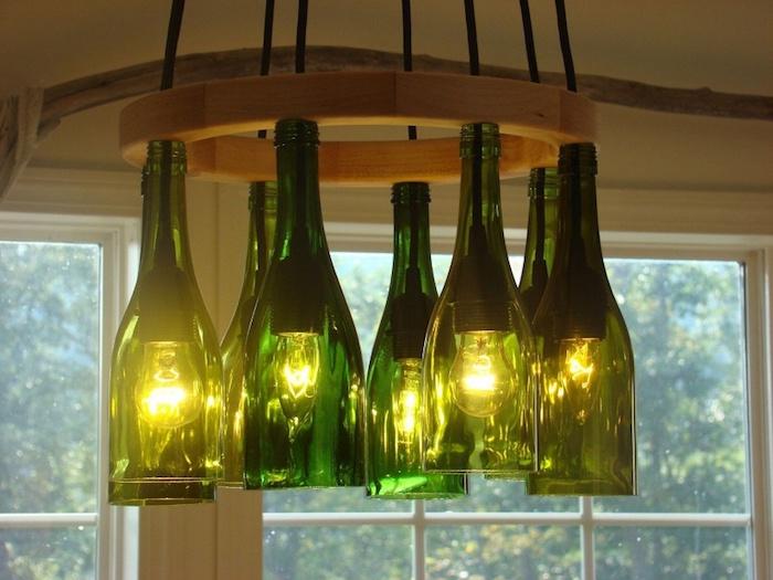 eine hängelampe mit lampen aus alten grünen flaschen - basteln mit glasflaschen