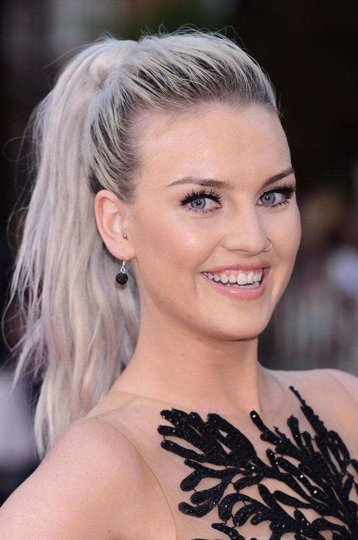 silberblonde Haare - eine Prominente mit schönen Schmuckstücke und einem schwarzen Kleid