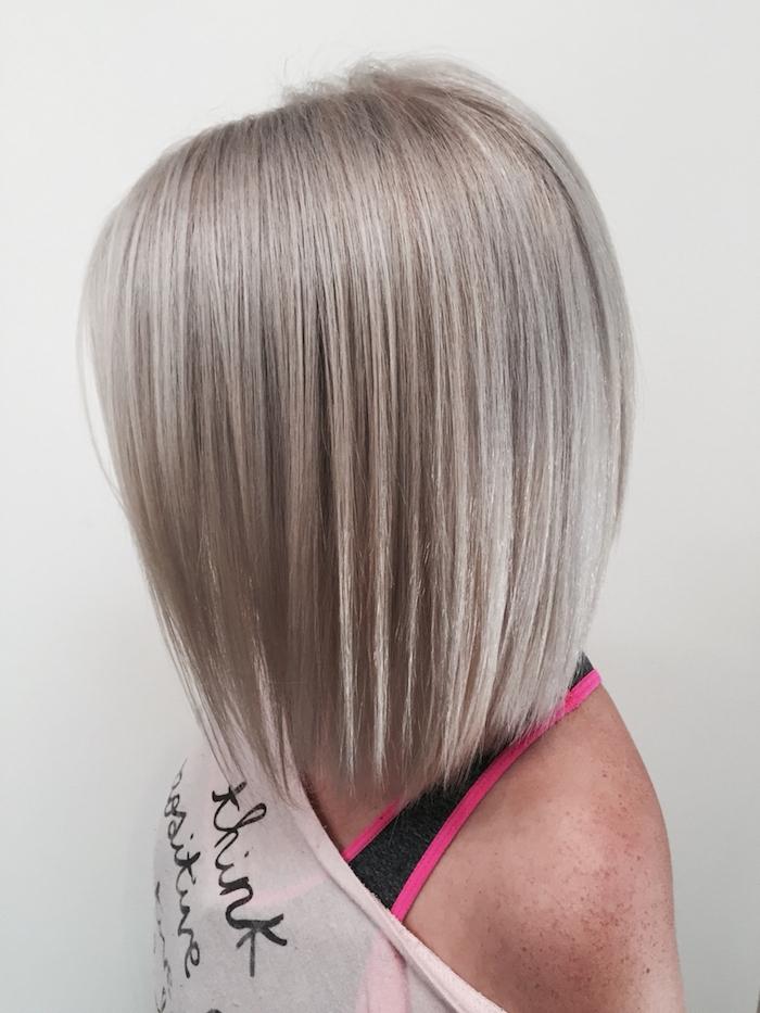 silberblonde Haare - eine kurze Bob Frisur perfekt frisiert mit verschiedenen Nuancen