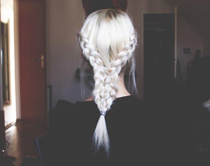 Haar grau tönen - eine schöne Frisur mit einem Zopf, schwarzes Kleid