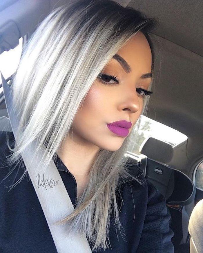 ein Selfie von einem netten Mädchen mit dezenter Schminke im Auto - Haare grau tönen