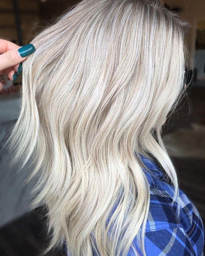 Haare grau tönen - eine Frau mit einem blauen Hemd und helle silberne Haare