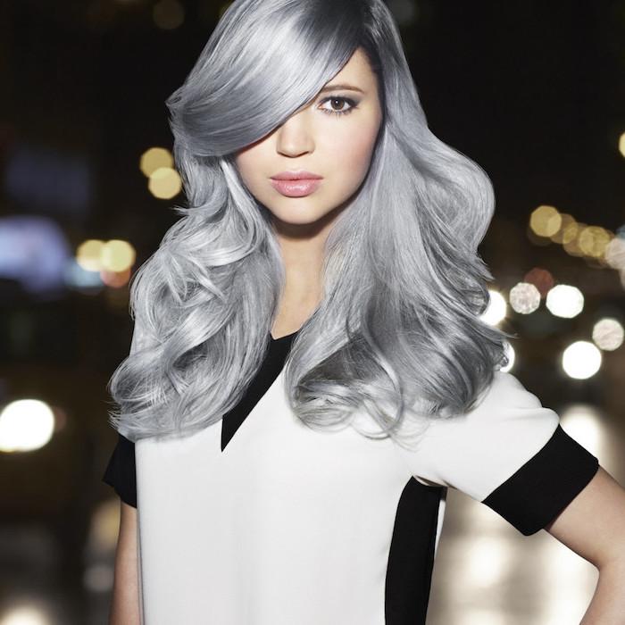 silberblond - ein niedliches Mädchen mit schöner Haarfarbe, eine weiße und schwarze Bluse