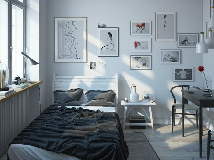 Bett mit weißem Kopfteil, Fenster mit vielen Büchern, einem Wecker und einer Leselampe auf dem Fensterbrett, Wand voll von Bildern, schwarzer Tisch mit Glanzüberzug, zwei schwarze Stühle mit weißer Sitzfläche