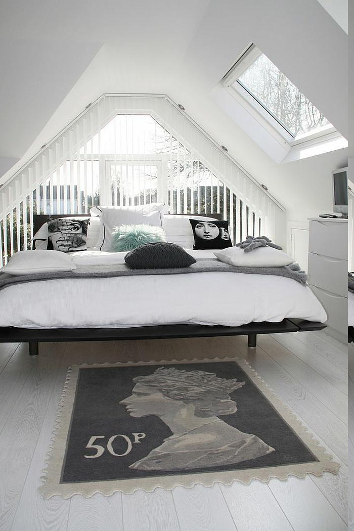 Dachzimmer mit Bett für drei Personen, Musterteppich mit Frauengesicht, Teppich mit US Gutschein-Print, weiße Kommode mit Fernseher darauf, Fenster mit Gittern