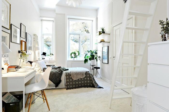 zweistöckiges Schlafzimmer mit zwei Fenstern, Holzleiter zur zweiten Etage, runder Papierkorb mit Deckel, Wandbilder in Holzrahmen