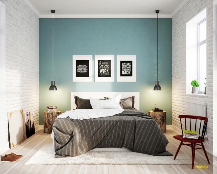 eine blaue Wand und zwei weiße Ziegelwände, drei Wandsprüche mit weißen Buchtaben auf schwarzem Hintergrund, graue Decke mit weißen Streifen, ein Paar braune Sportschuhe
