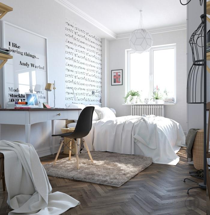 weise Sprüche an der Wand, Plüschteppich in Beige-Grau, weißer Schreibtisch mit Schublade, Schaufensterpuppe aus Metall