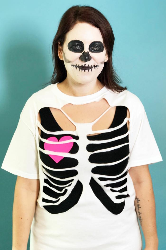 ein Skelleton Kostüm - weiße Bluse, die wie Rippen ausgeschnitten ist, schwarzes Unterhemd, dezente Schminke