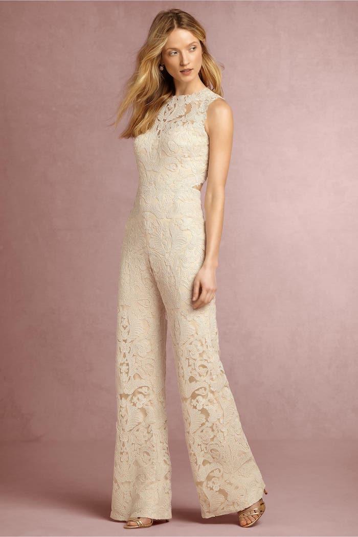damen overall aus spitze model zum erstaunen elegante blonde frau trägt jumpsuit anstelle von kleid zur hochzeitsfeier