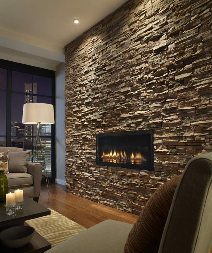 gemütliches Wohnzimmer, Wandverblender aus Naturstein, helle Flame im Kamin